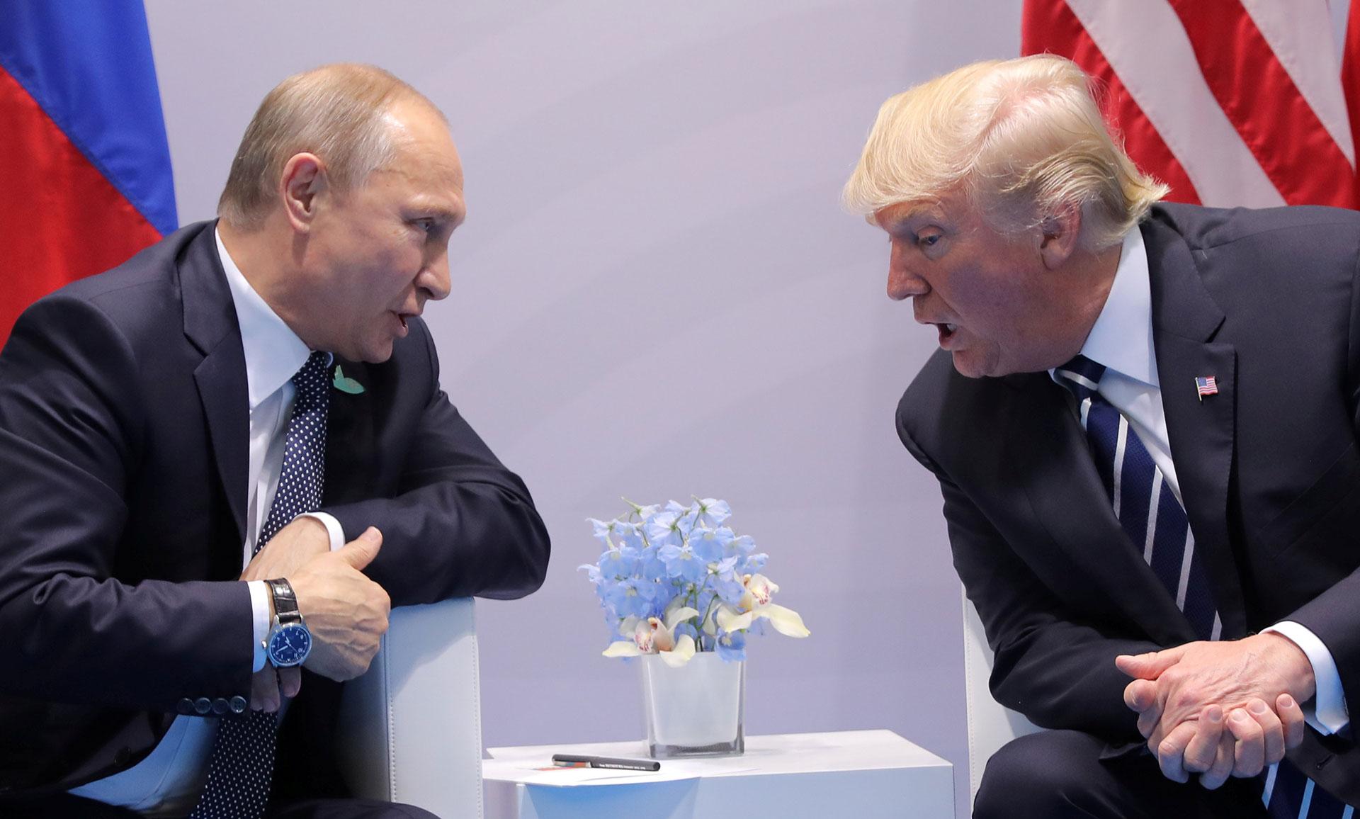 El mandatarioruso Vladimir Putin en su encuentro con su par estadounidense, Donald Trump. (REUTERS/Carlos Barria)