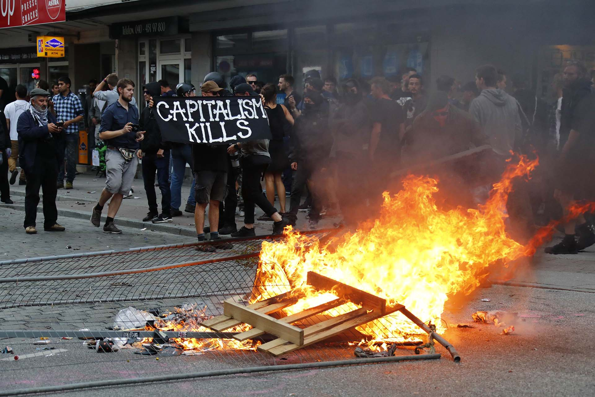 """El capitalismo mata"", reza un cartel de los manifestantes en Hamburgo (Reuters)"