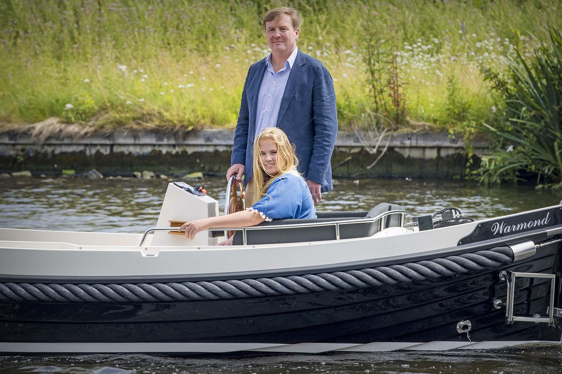 El rey Guillermo navega junto a su hija mayor, la princesa Amalia, heredera al trono holandés