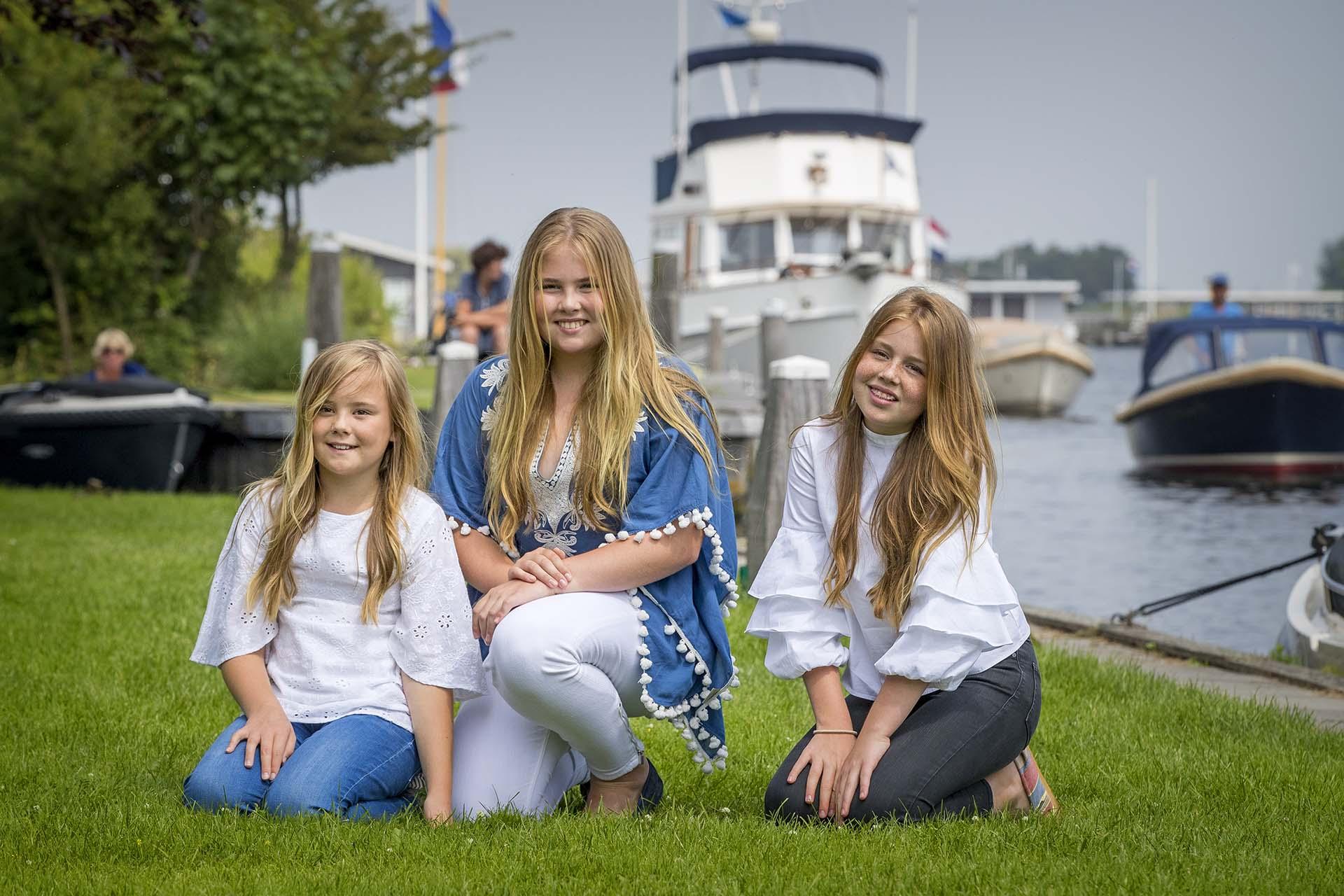 Con la misma simpatía y sencillez de sus padres, las tres hijas de Máxima y Guillermo posaron con naturalidad, luciendo jeans y blusas con mangas amplias