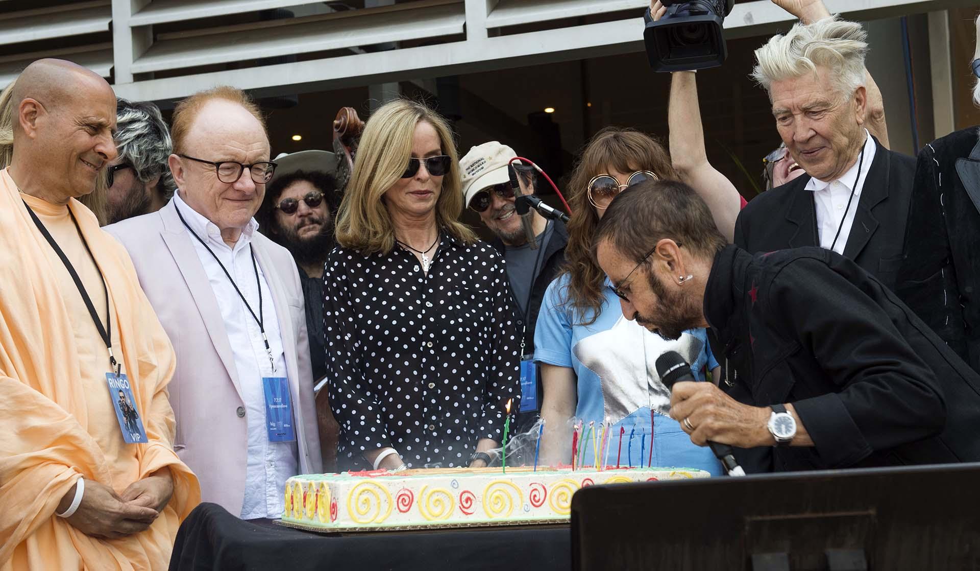 Ringo Starr sopla las velas de la torta de cumpleaños, en compañía de su familia y de amigos íntimos /// Fotos: AFP – Textos: EFE