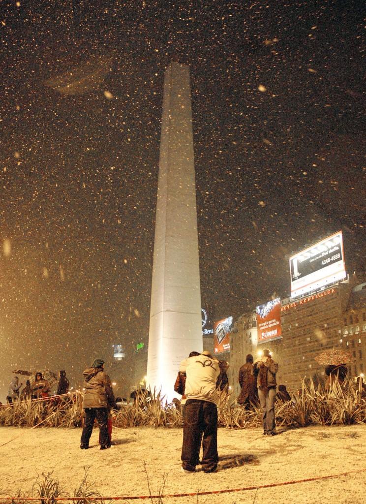 zzzznacg2 ANUARIO 2007-INFORMACION GENERAL NOTICIAS ARGENTINAS BAIRES, JULIO 09: Aspecto que presenta la Plaza de la Republica esta noche durante la caida de nieve y las bajas temperaruras en la ciudad. FOTO NA:Mariano Sanchez-jlpzzzz