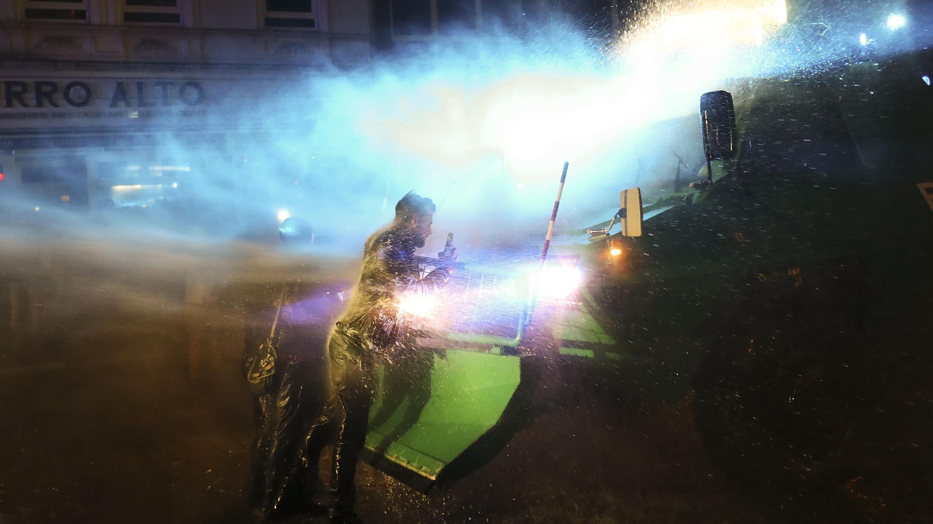 Un carro hidrante reprime en las calles de Hamburgo(Reuters)