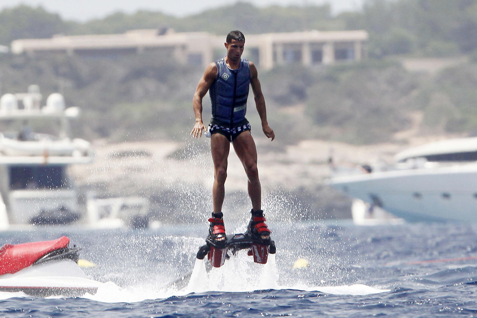 El portugués aprovechó para hacer flyboarding (Grosby Group)