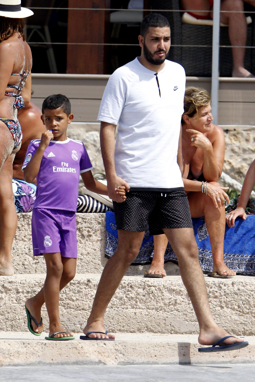Uno de los tantos amigos de CRT pasea junto al hijo mayor del futbolista, Cristiano Ronaldo Jr., vestido con el uniforme del Real Madrid