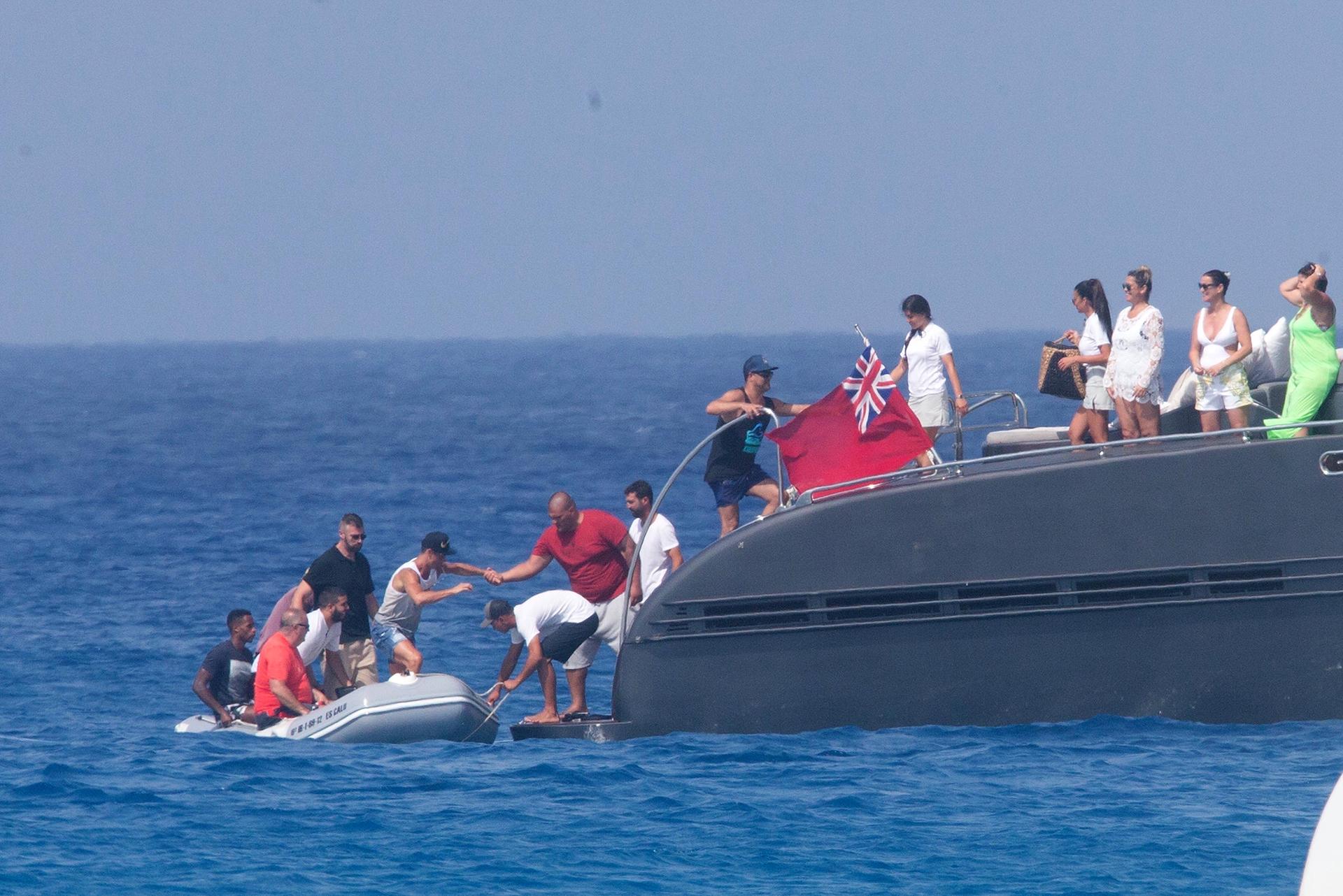 Al regreso del paseo en bote, el luso es ayudado por uno de los habitantes del barco que habita en sus días de descanso para regresar al lugar de reposo donde lo esperaba su novia, Georgina Rodríguez