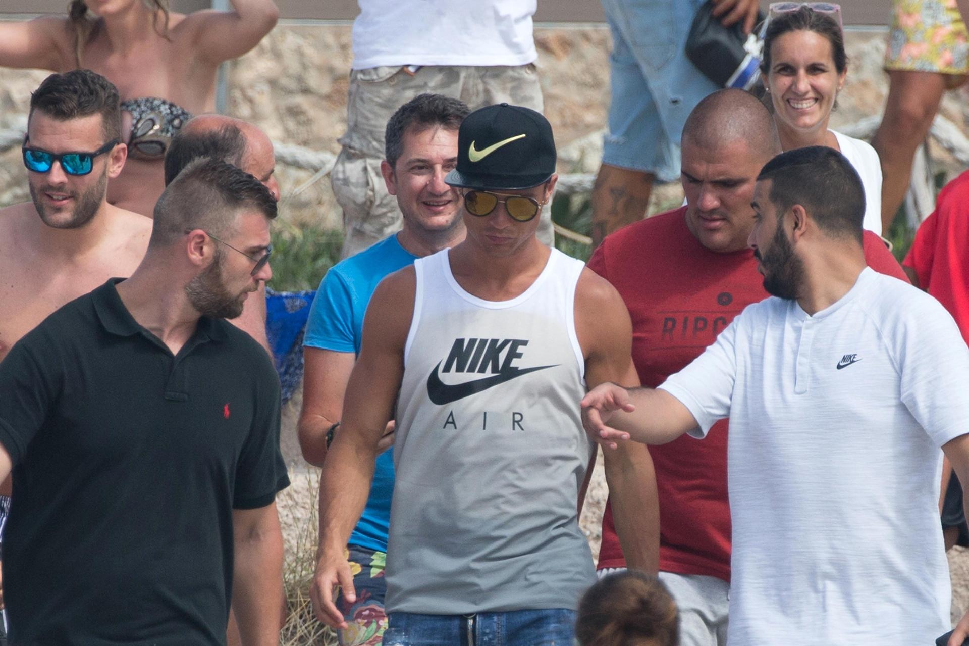Vestido por completo por la marca deportiva que lo patrocina, CR7 se mostró bien relejado junto a sus amigos y familiares en un momento de su estadía en la isla de Formenteras, en Ibiza