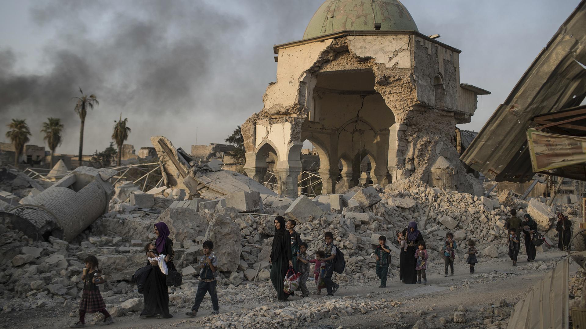 Se estima que 2,5 millones de personasfueron desplazadas y que 138.000 casas fueron destruidos (AP)