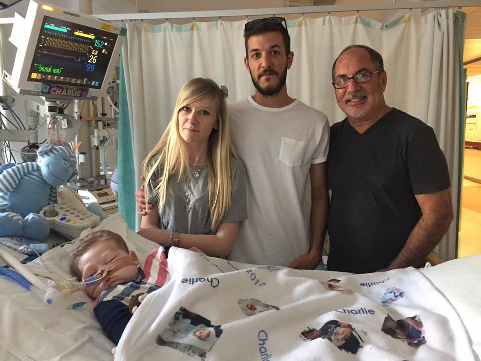 Charlie Gard con sus padres Connie Yates, Chris Gard y el reverendo Patrick Mahoney (Facebook)