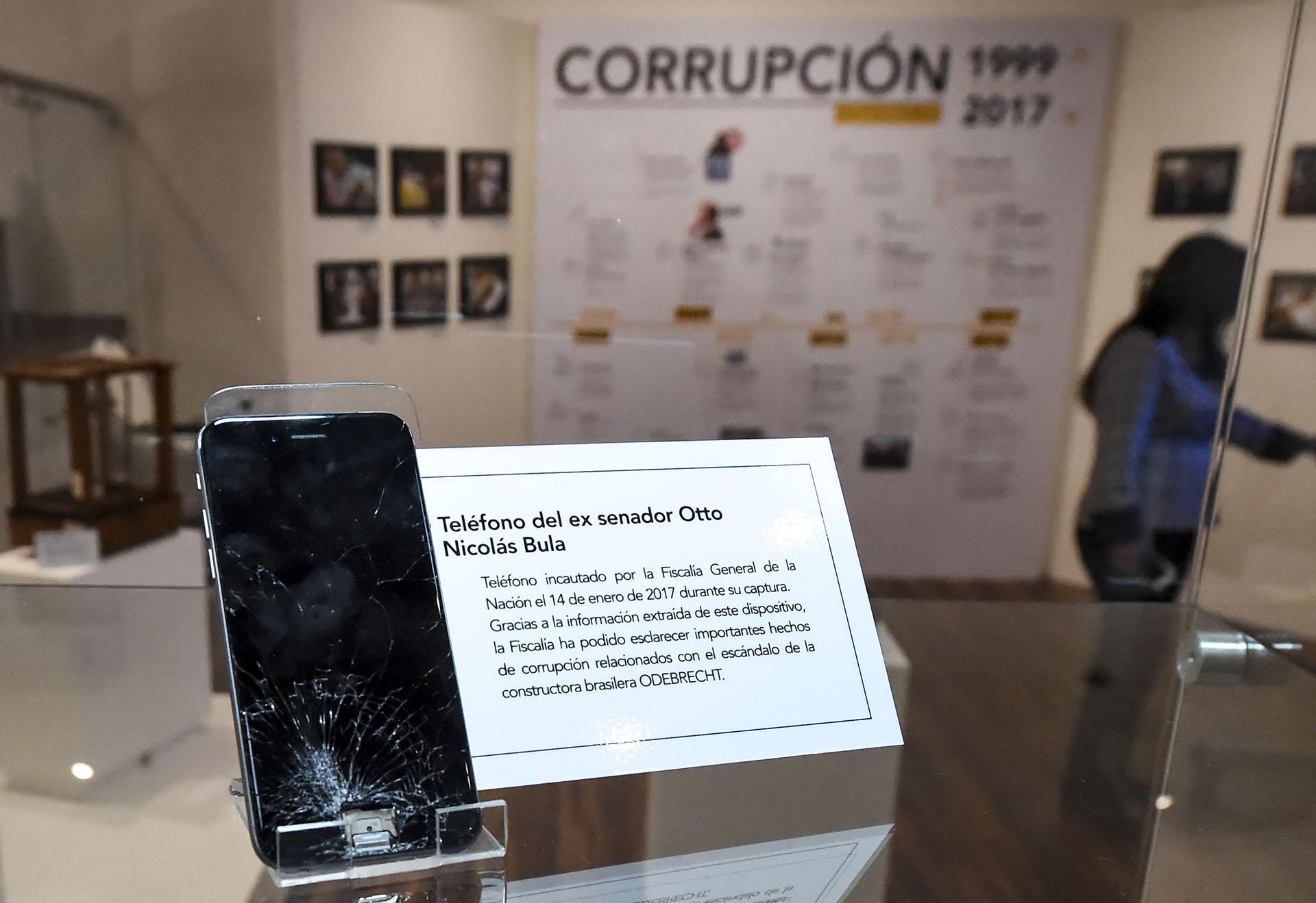 El escándalo Odebrecht también está representado en el Museo de la Fiscalía de Colombia. Aquí el teléfono del ex senador Otto Nicolás Bula (AFP)
