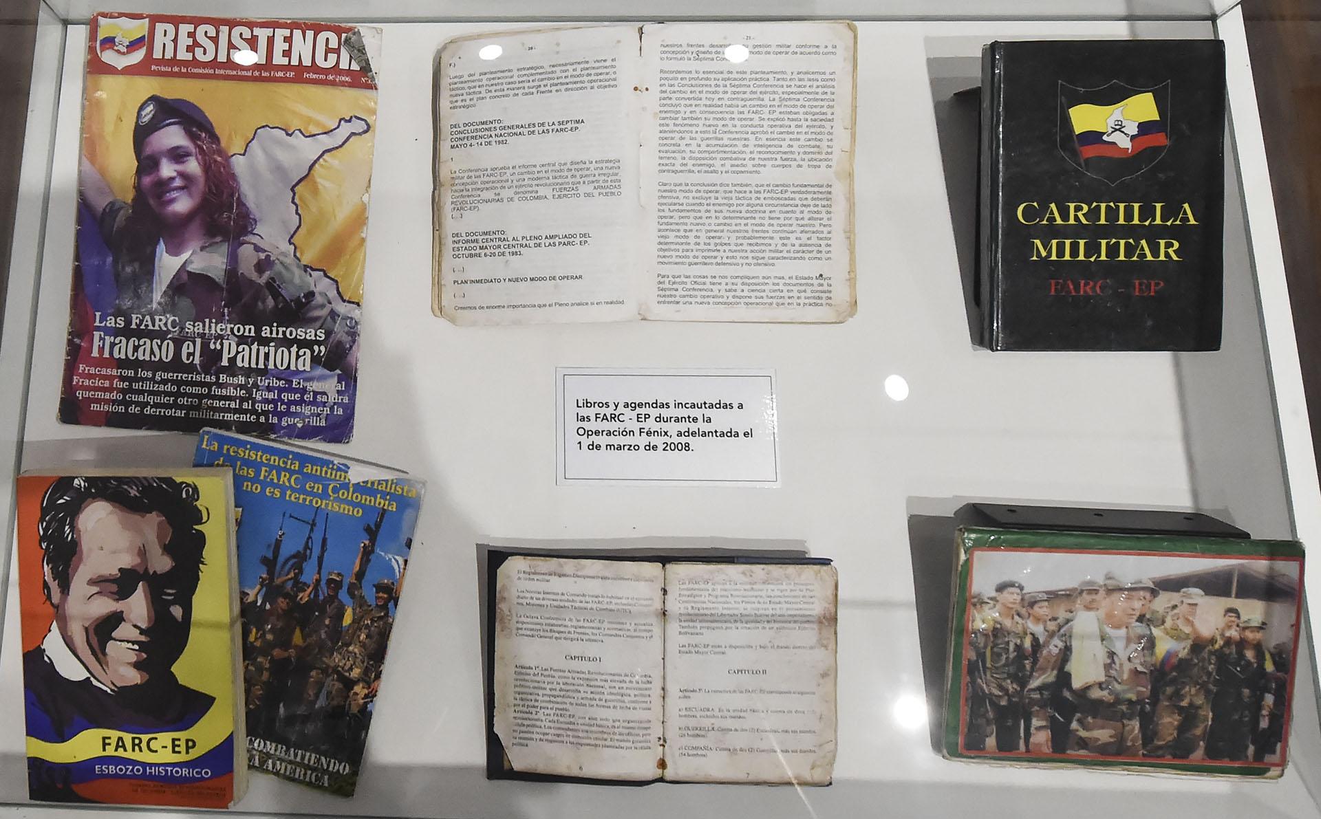 Libros y panfletos pertenecientes a terroristas de las FARC (AFP)