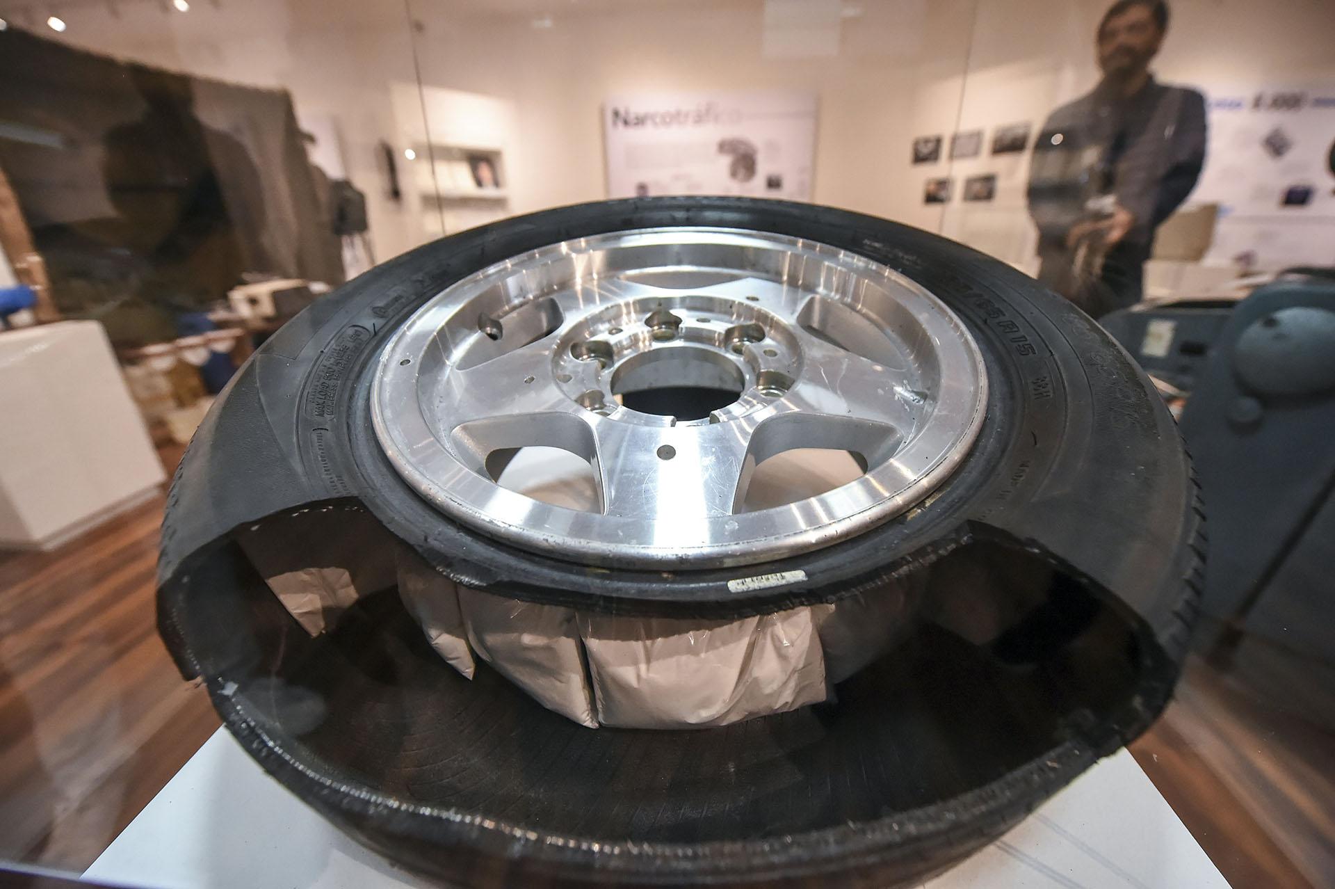 Una réplica de un neumático repleto de kilos de cocaína (AFP)