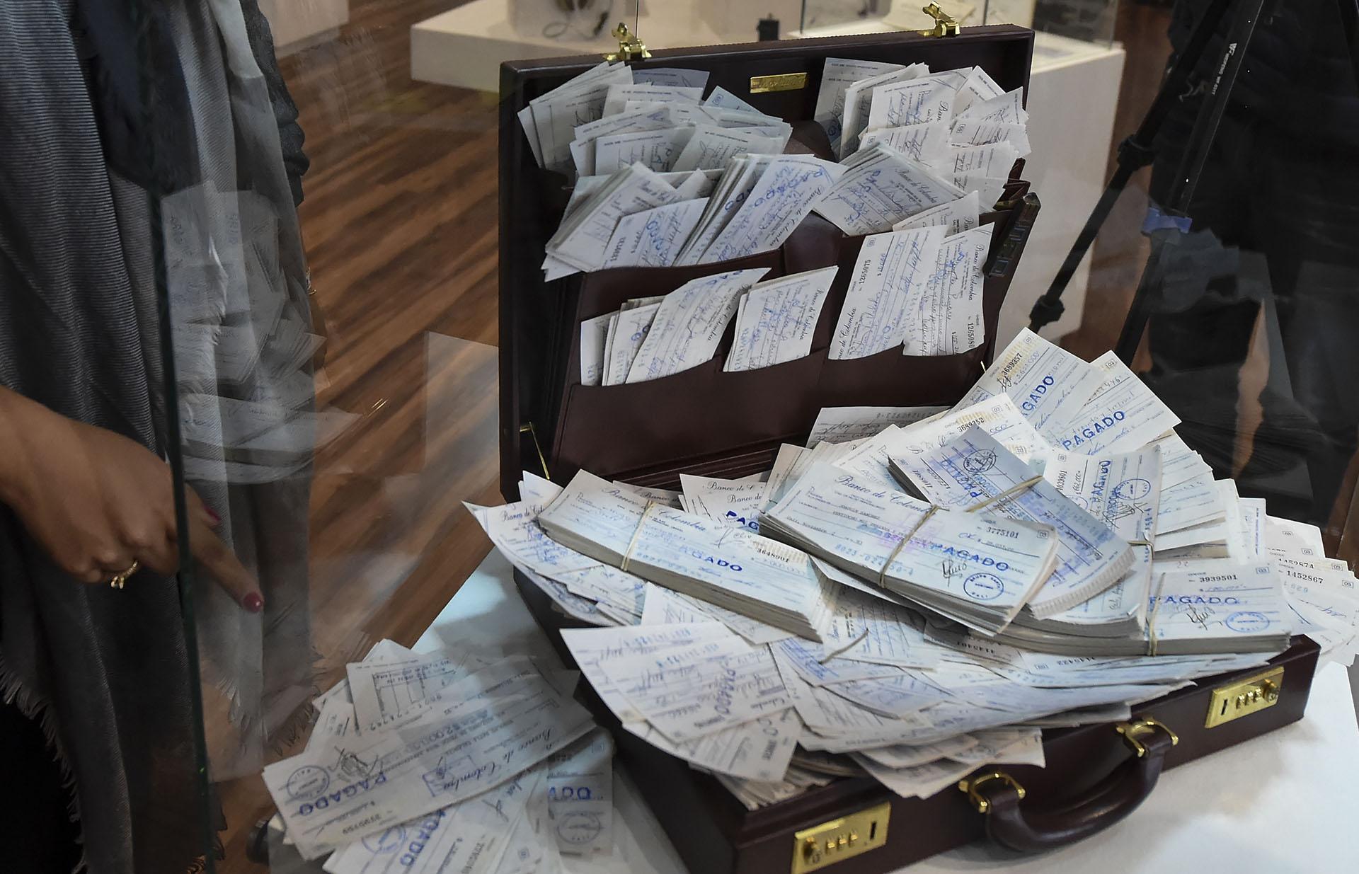 Un maletín repleto de cheques perteneciente al ex contador del cártel de Cali, Guillermo Pallomari, secuestrado el 4 de julio de 1994 en la operación proceso 8.000. En él pueden verse pagos a políticos y funcionarios por parte de los capos narcos (AFP)