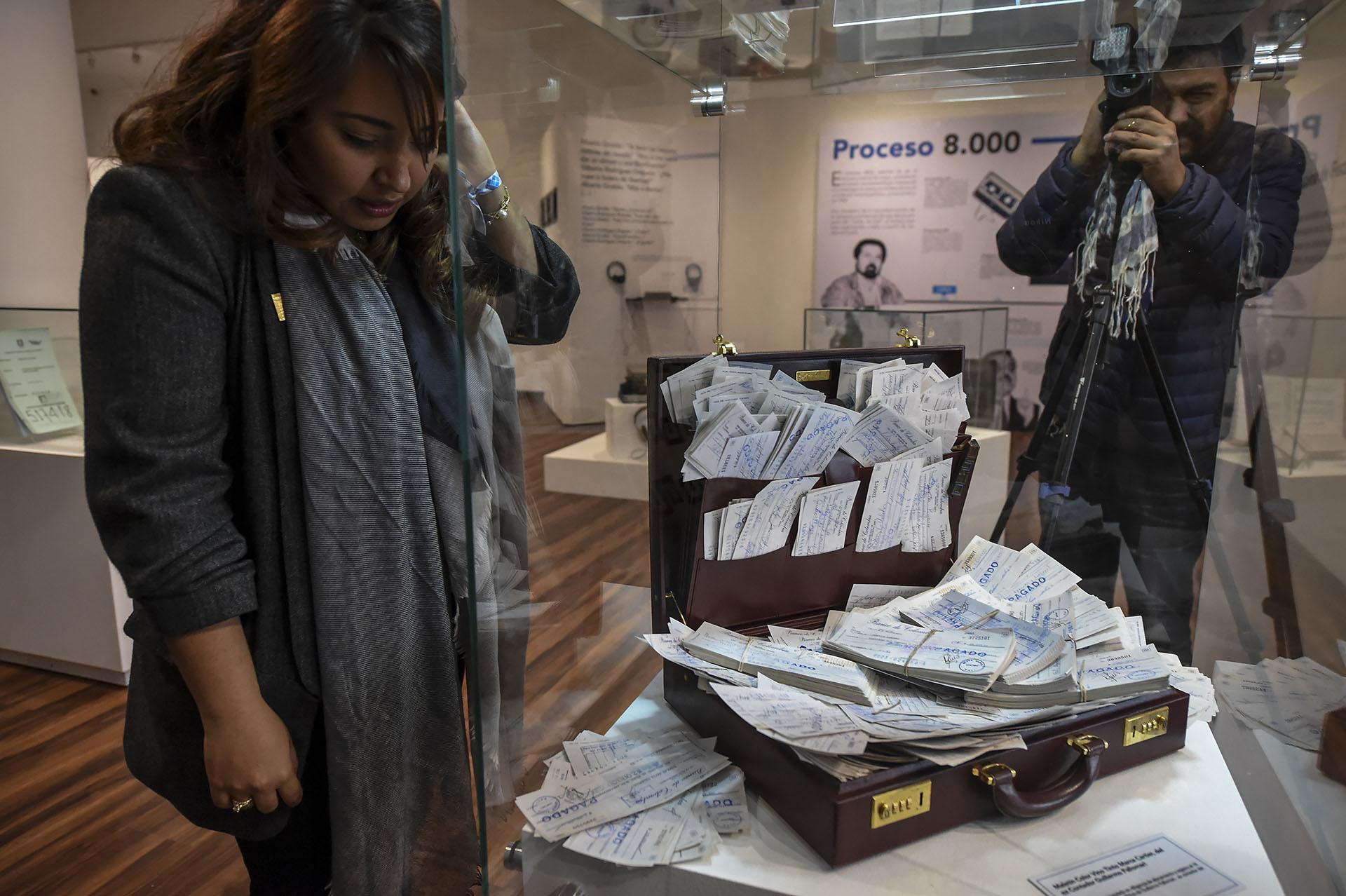 El maletín de Guillermo Pallomari, ex contador del Cartel de Cali, repleto de cheques pagados a cómplices, policías, políticos y funcionarios judiciales (AFP)