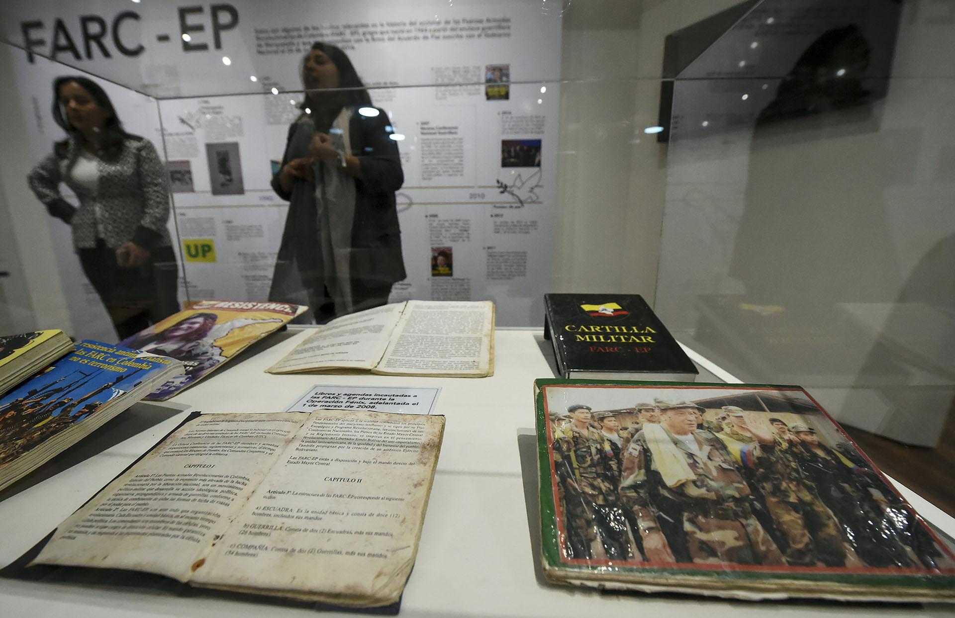 Libros pertenecientes a los miembros de las FARC secuestrado durante la operación Fénix en 2008 (AFP)