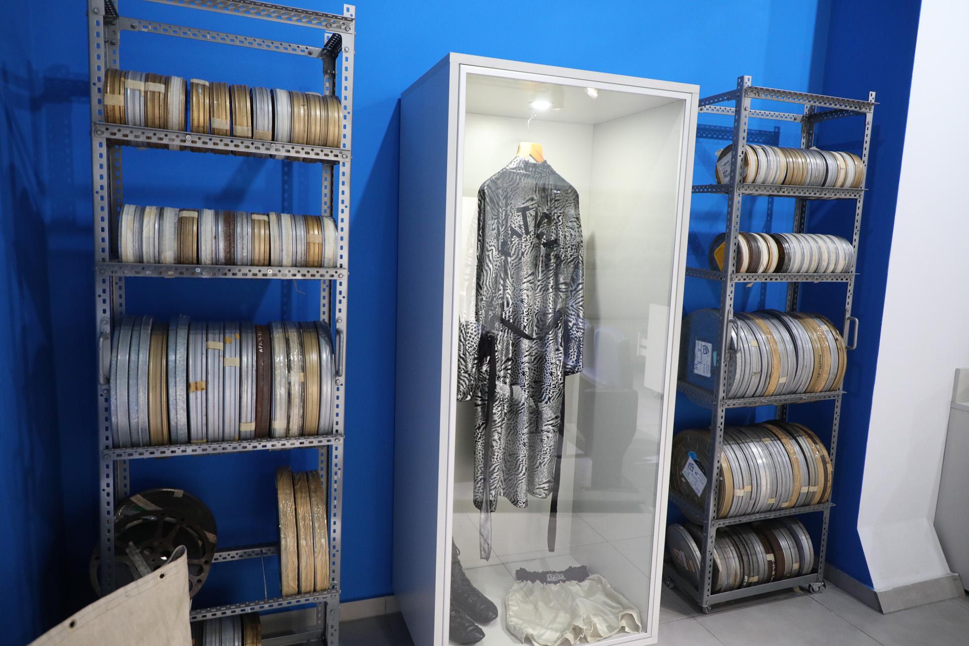 Latas de filmes y la célebre bata de Gatica (Prensa Municipalidad de Avellaneda)
