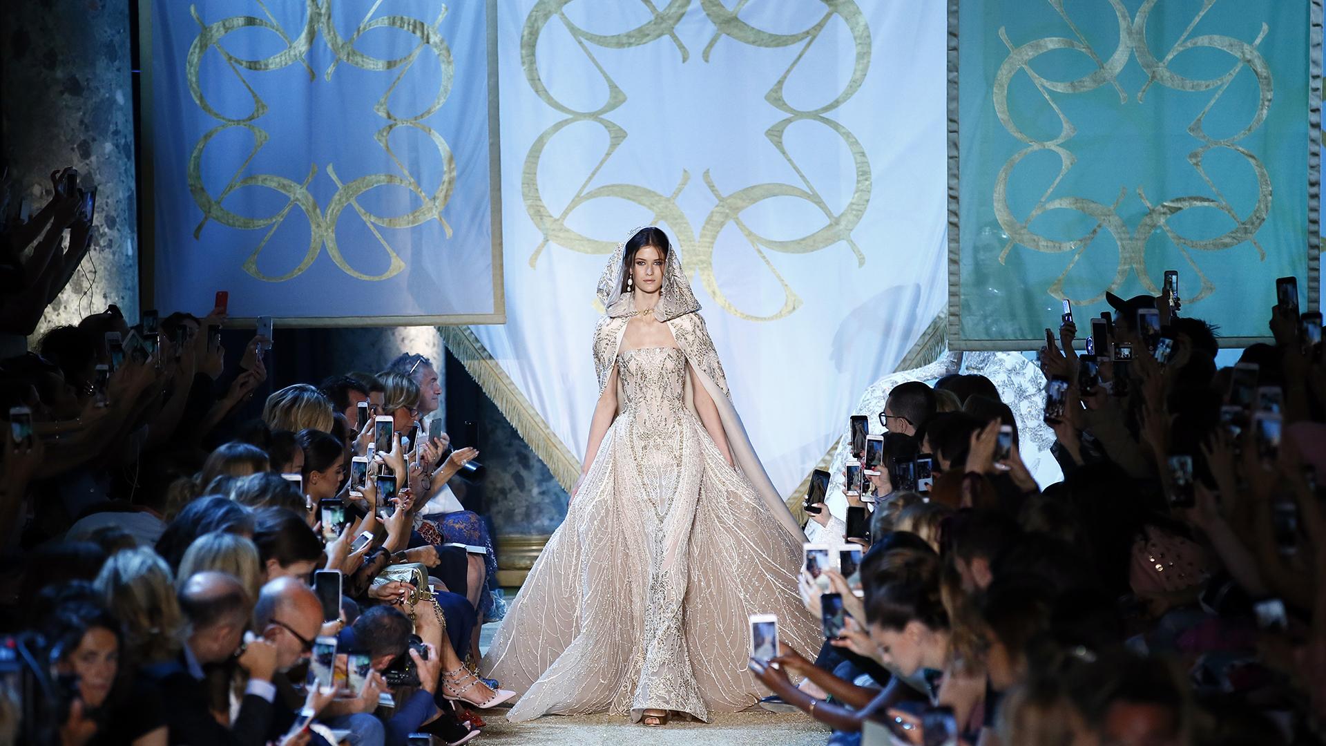 La firma volvió apostar por los tonos pasteles. El vestido sirena strapless combinado con una capa bordada en cristales sobre una muselina brindó una estética medieval (AP)