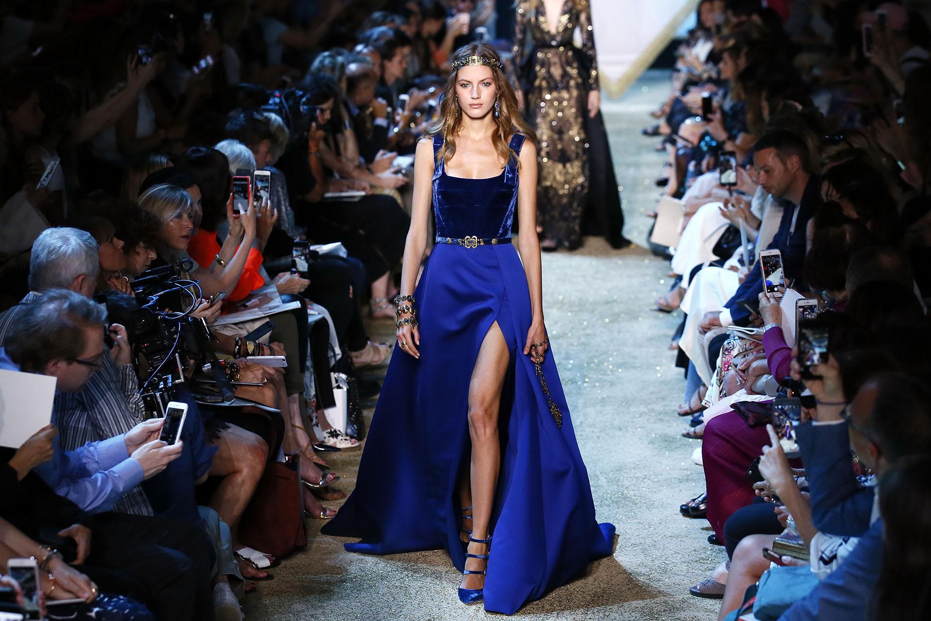 En azul francia, el top sin mangas de terciopelo, la falda con cola y un gran tajo con stilettos en punta y tiras (AP Photo/Francois Mori)