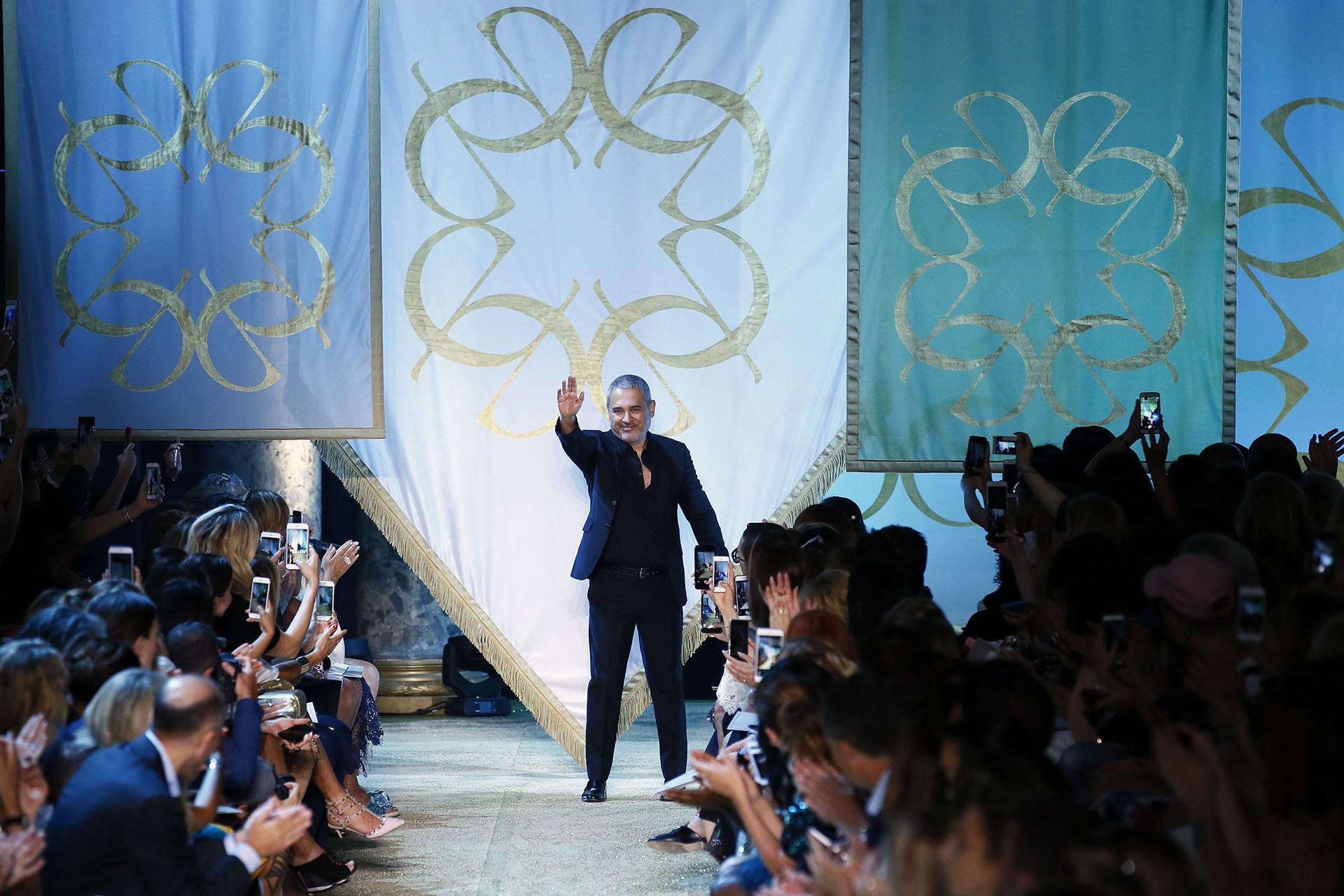 Al final de la pasarela, el diseñador saludando a sus invitados (AP Photo/Francois Mori)