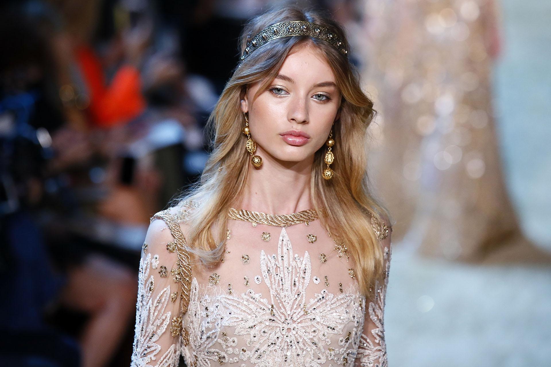Los accesorios para los vestidos con pedrería y bordados fueron combinados en dorado (AP Photo/Francois Mori)