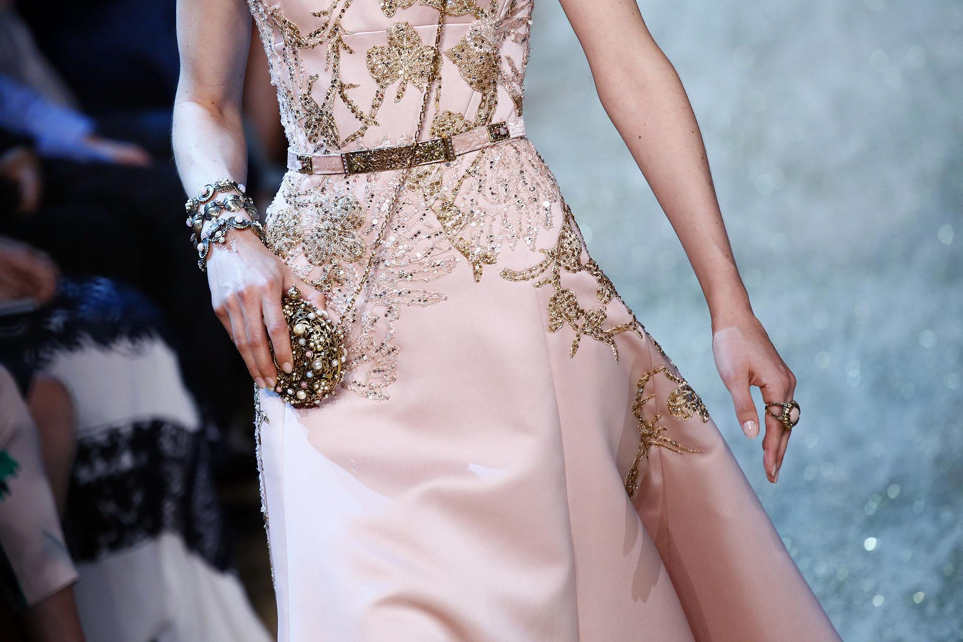 En rosa y bordado con piedras doradas. La mini cartera con piedras y perlas (AP Photo/Francois Mori)