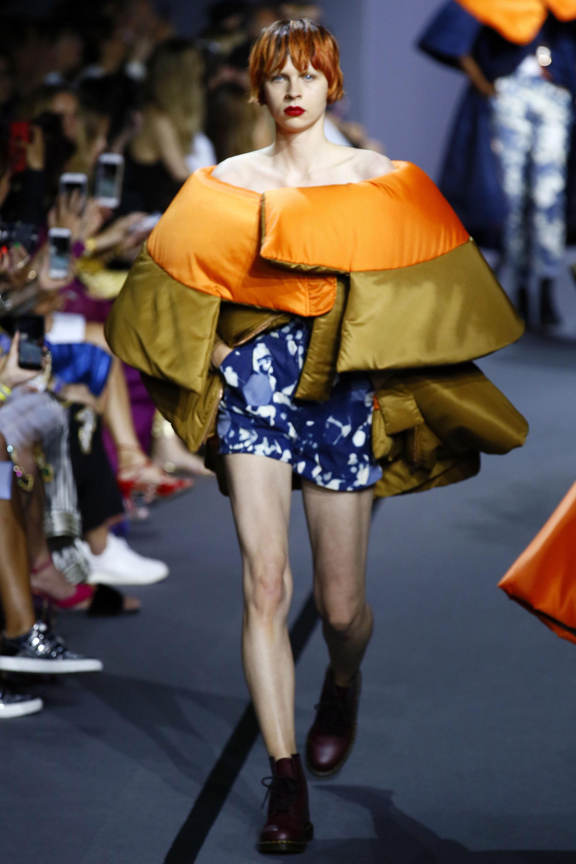 Sin cabezas de muñecas, una capa strapless bicolor naranja y oliva con shorts estampados (AP Photo/Francois Mori)