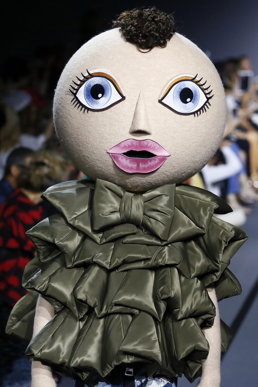 Vestido de campera inflable con volados y detalle de moño en el cuello (AP Photo/Francois Mori)