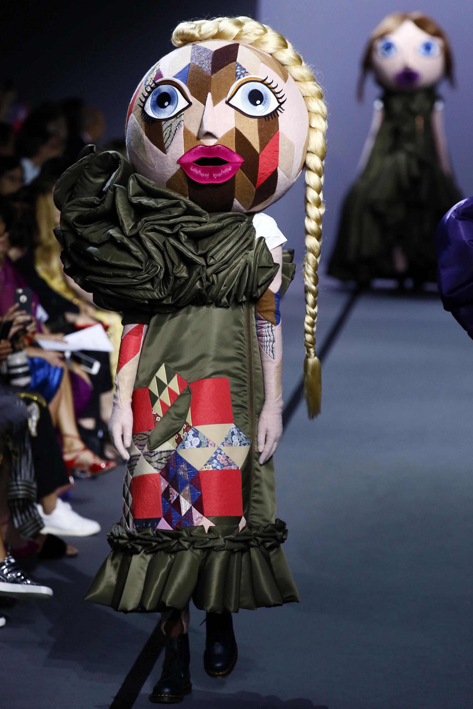 Simulando ser un vestido de un solo hombro con diseños en 3D arrugado y estampado geométrico (AP Photo/Francois Mori)