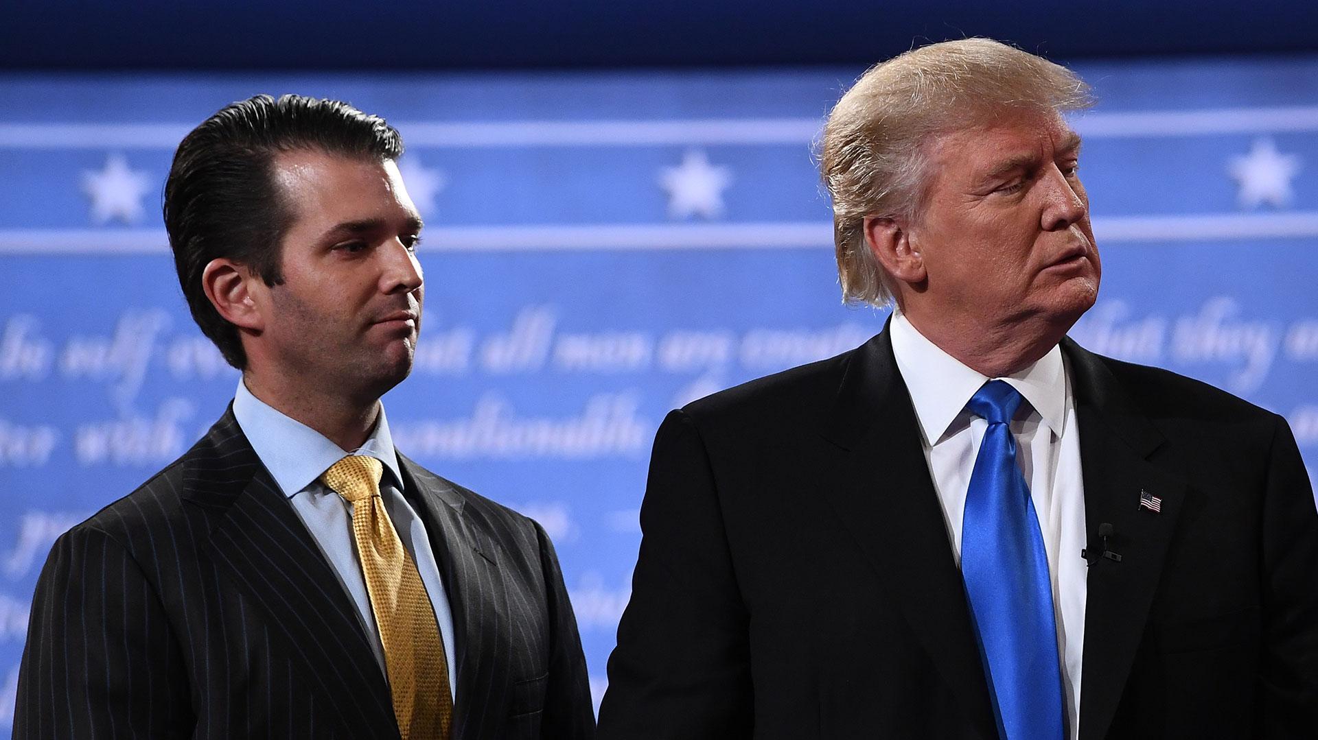 Donald Trump Jr., junto a su padre, en uno de los debates en la campaña de 2016 (AFP)