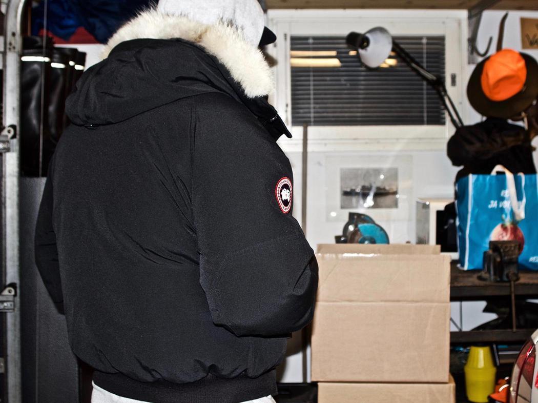 Niklas inspecciona su cargamento de 'snus'