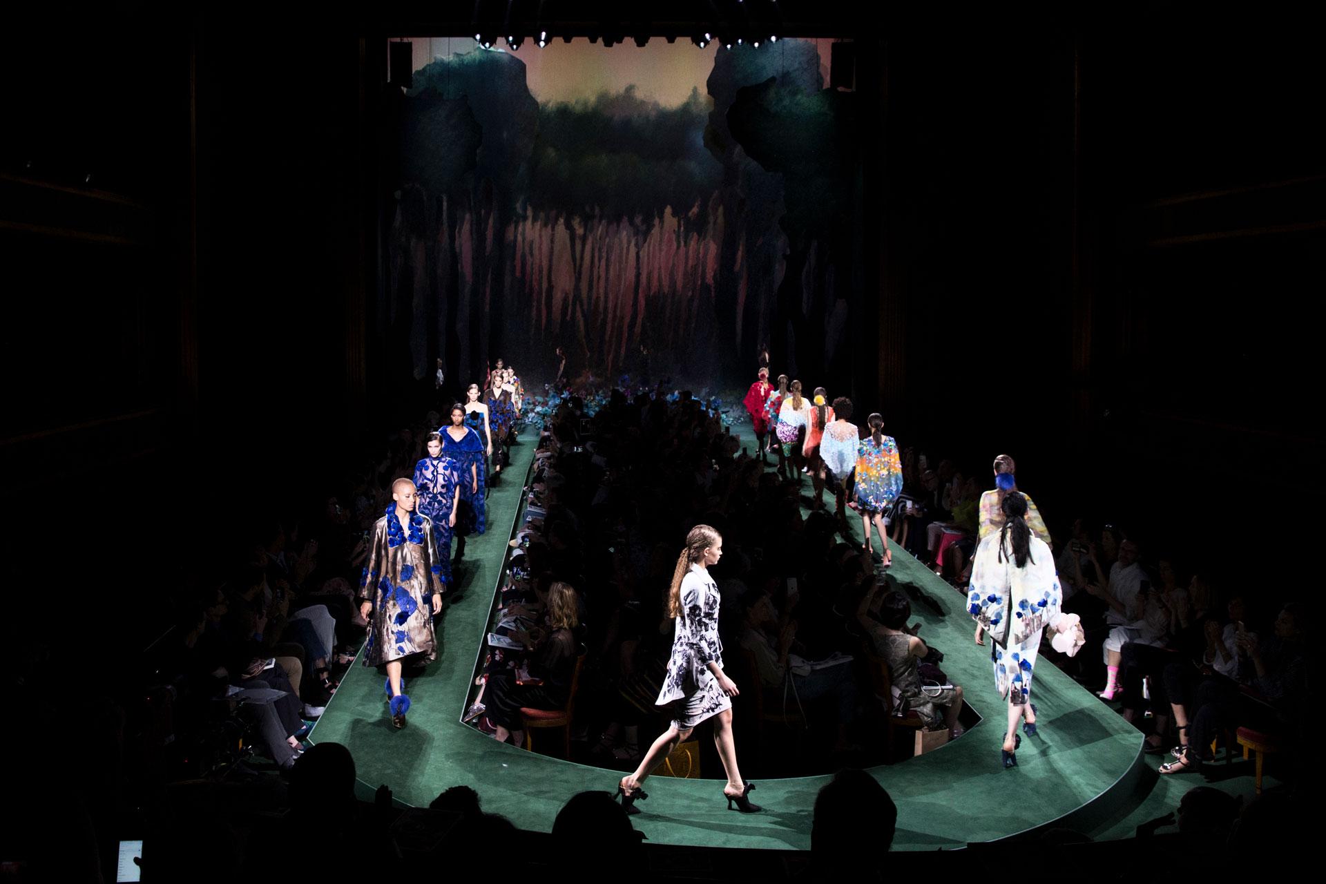 La puesta en escena, pasarela en 'U' con fondo imaginario de bosque (AP)
