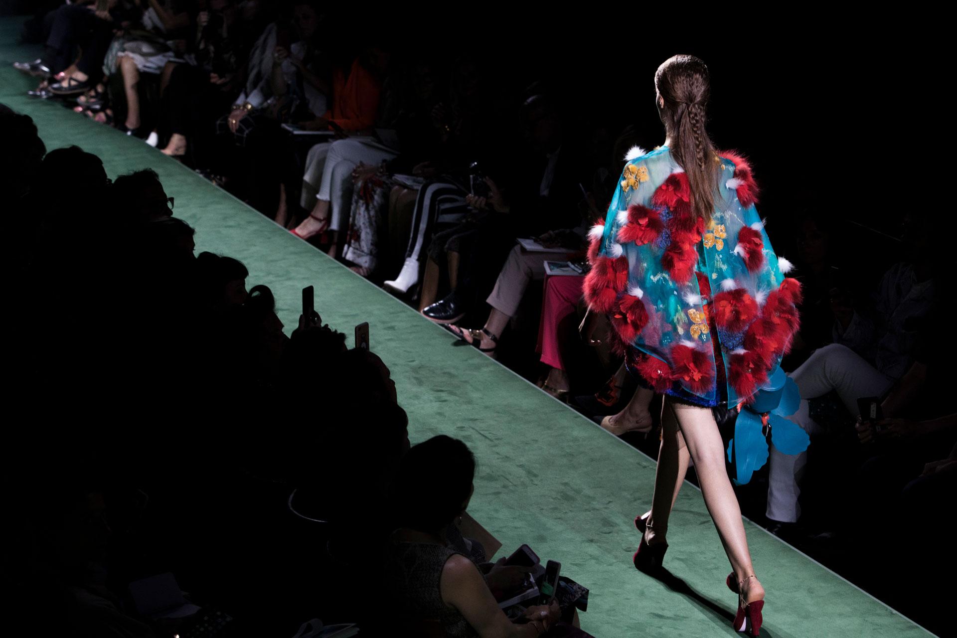 El poncho presentado por Fendi, en organza y tul de seda con apliques en piel roja en forma de flores (AP)