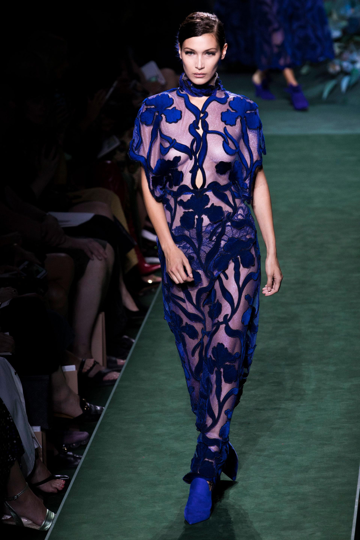 Bella Hadid, con flores en velvet y transparencias, el azul francia por Fendi (AP)