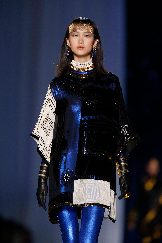 Metalizados, negro, blanco, dorado y bordado. Accesorios cogotera de piedras y perlas, aros gota con piedras azules y guantes de cuero bicolor (AP)