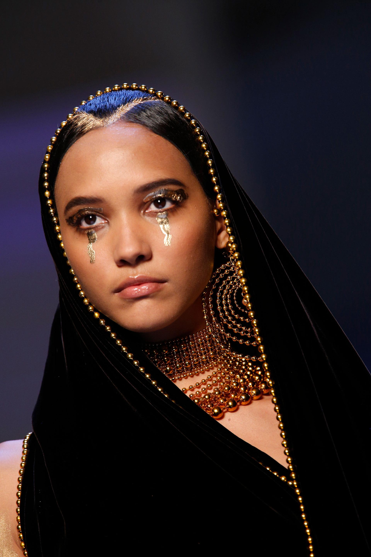 Un hijab en velvet negro con detalles de perlas doradas con maxi aros, cogotera y collar en perlas doradas. El maquillaje para este diseño fue de sombras metalizadas(AP)