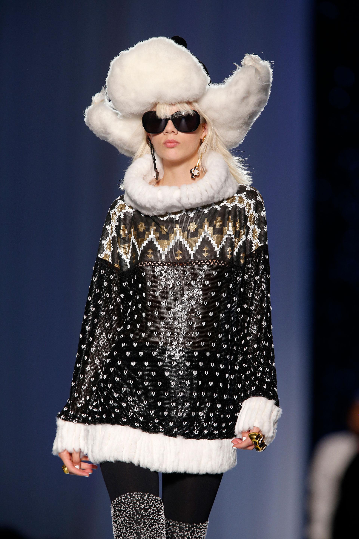 Con el gorro ruso en cuero negro y pelo blanco, maxi sweater en negro con estampado navideño y geometricos con terminaciones en piel (AP)