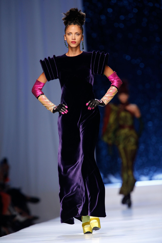 Velvet, tendencia que seguirá vigente en el próximo invierno. Vestido en violeta con mangas cortas estructuradas. Los guantes en fucsia y de lentejuelas tornasol y el detalle de los zapatos en amarillo con medias a tono (AP)