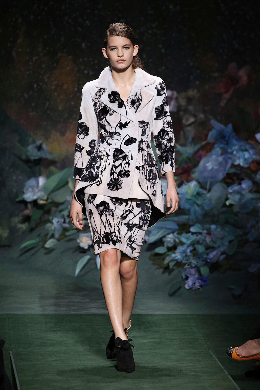 Tailleur de saco y falda en nude con estampado de flores en negro