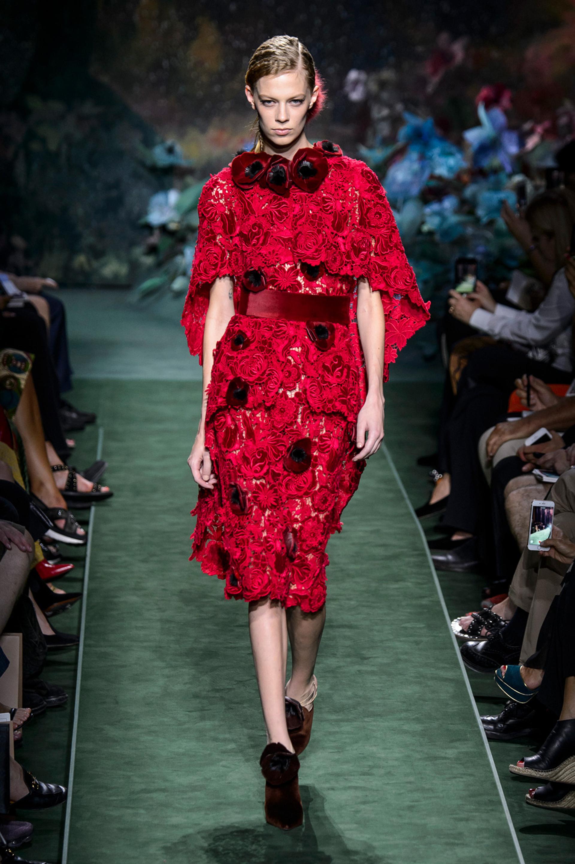 Total red, Guipiur con apliques de florales y faja de terciopelo