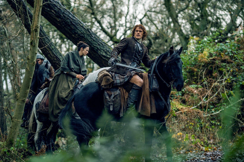 Los actores que participan en la serie han admitido que usan el traje tradicional escocés -kilt- como los hombres de la época lo lucían, sin ropa interior.