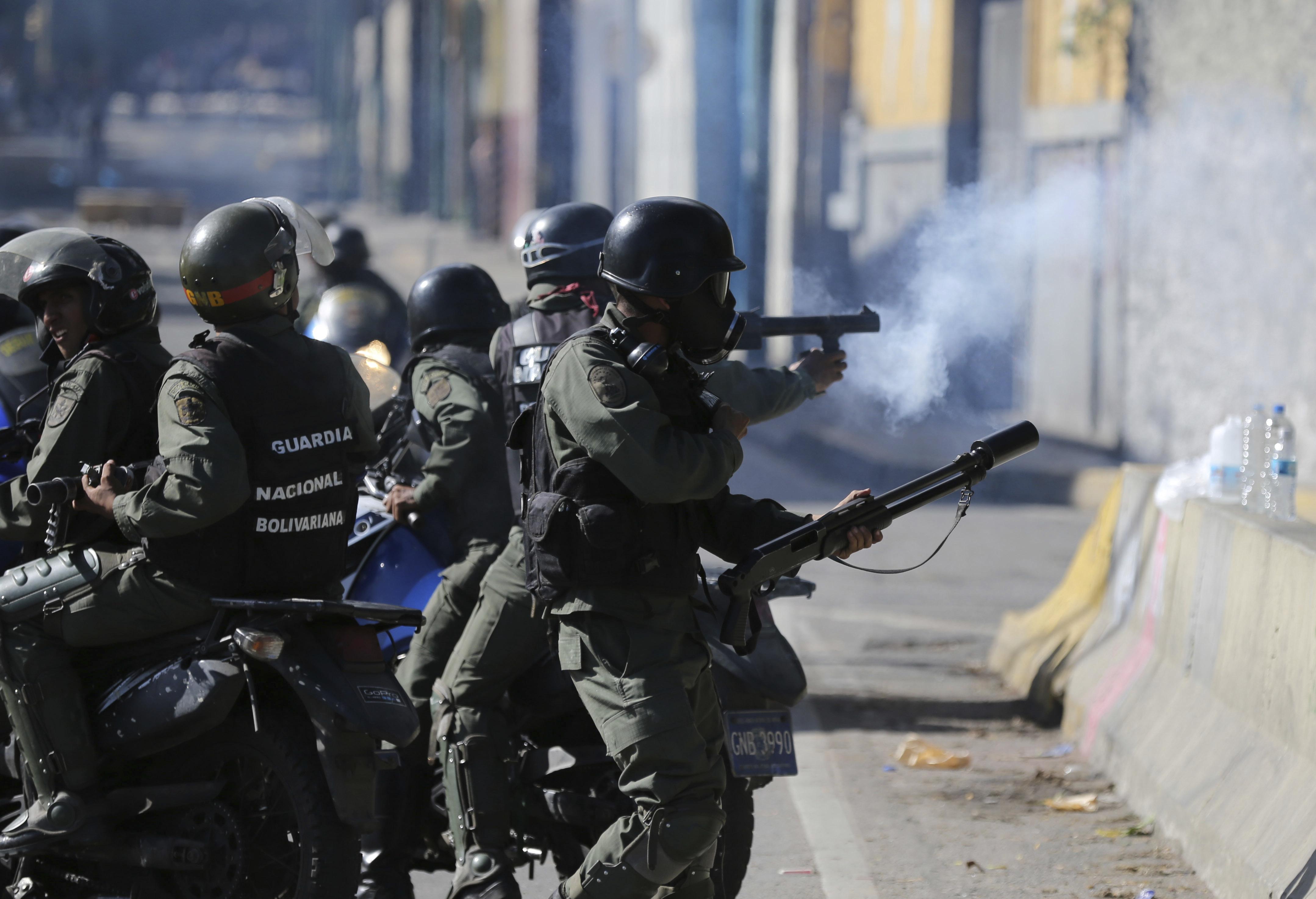 Llano ha captado imágenes tanto del lado de los oficiales como desde la perspectiva de los manifestantes