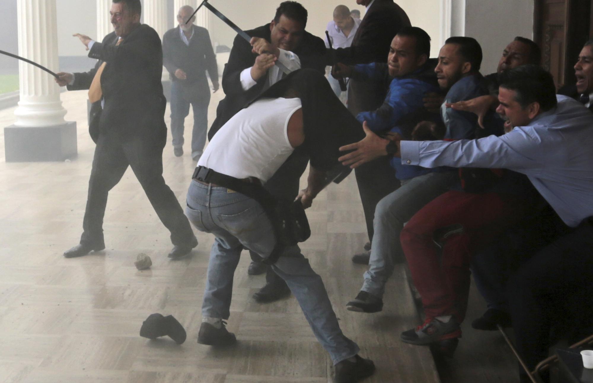 Llano captó el momento en el que las milicias chavistas ingresan violentamente al Palacio Legislativo, el 5 de julio