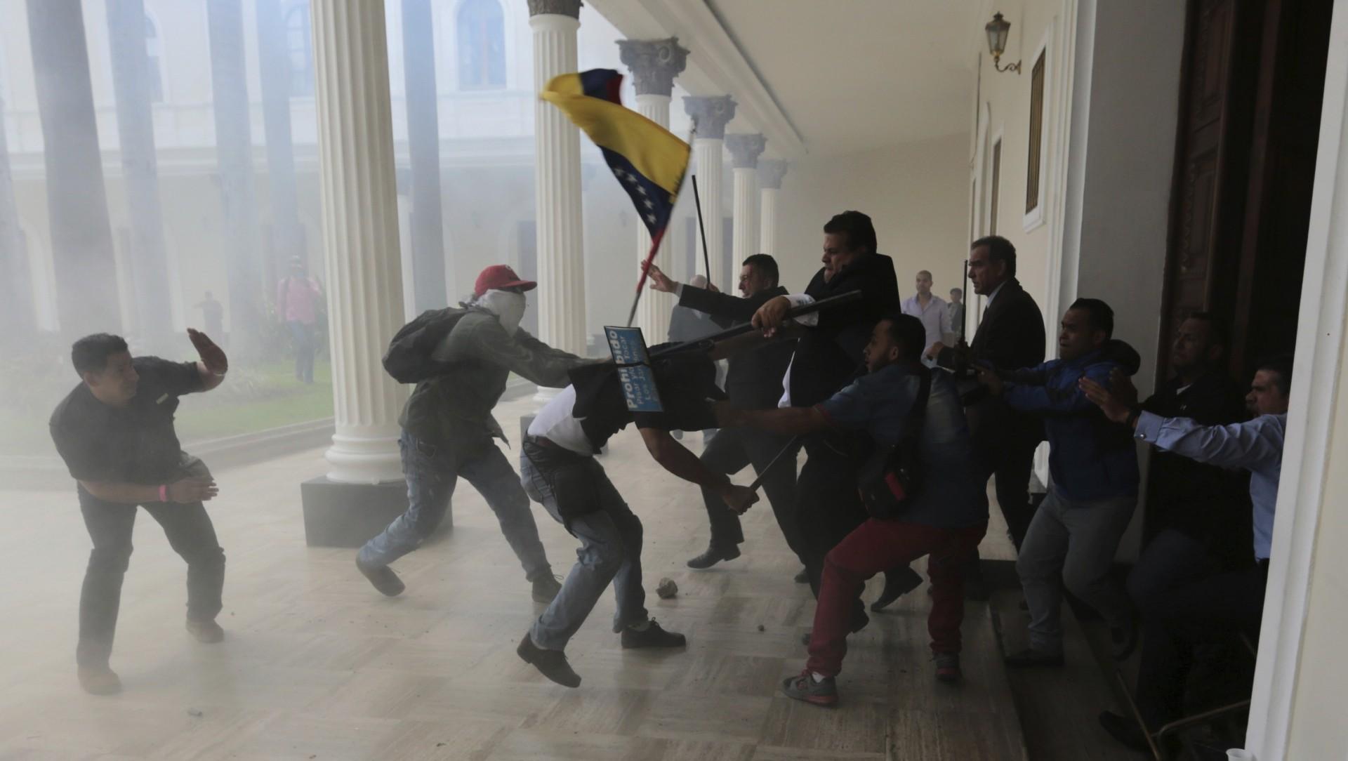 Colectivos chavistas irrumpen en la Asamblea Nacional y agreden a congresistas opositores. Al menos cinco legisladores resultaron heridos y varios fotógrafos sufrieron el robo de sus pertenencias