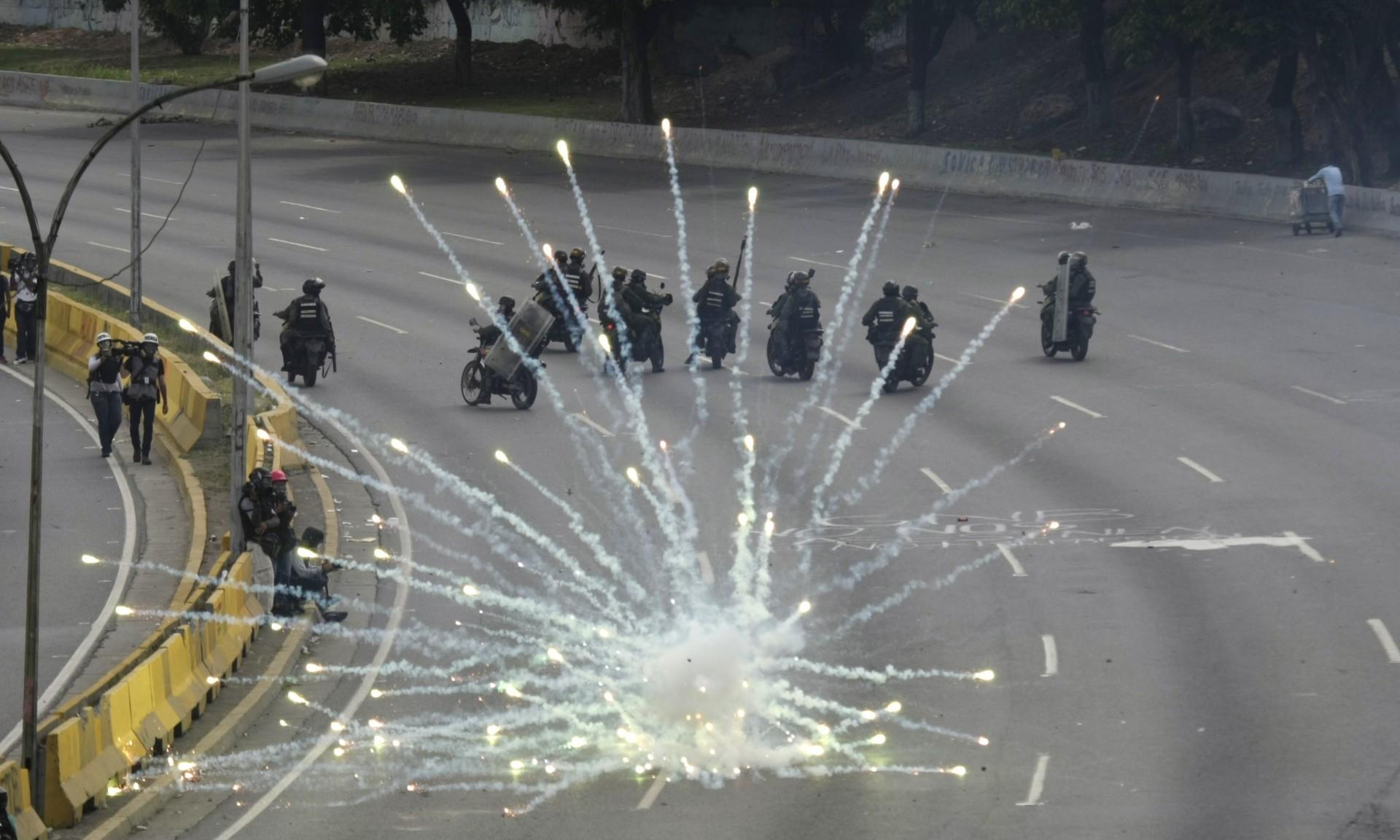 El hecho denunciado por Cabello no fue la primera vez que Llano capta escenas en que los manifestantes atacan a los oficiales, pese a que las imágenes perjudican el mensaje de paz de la oposición