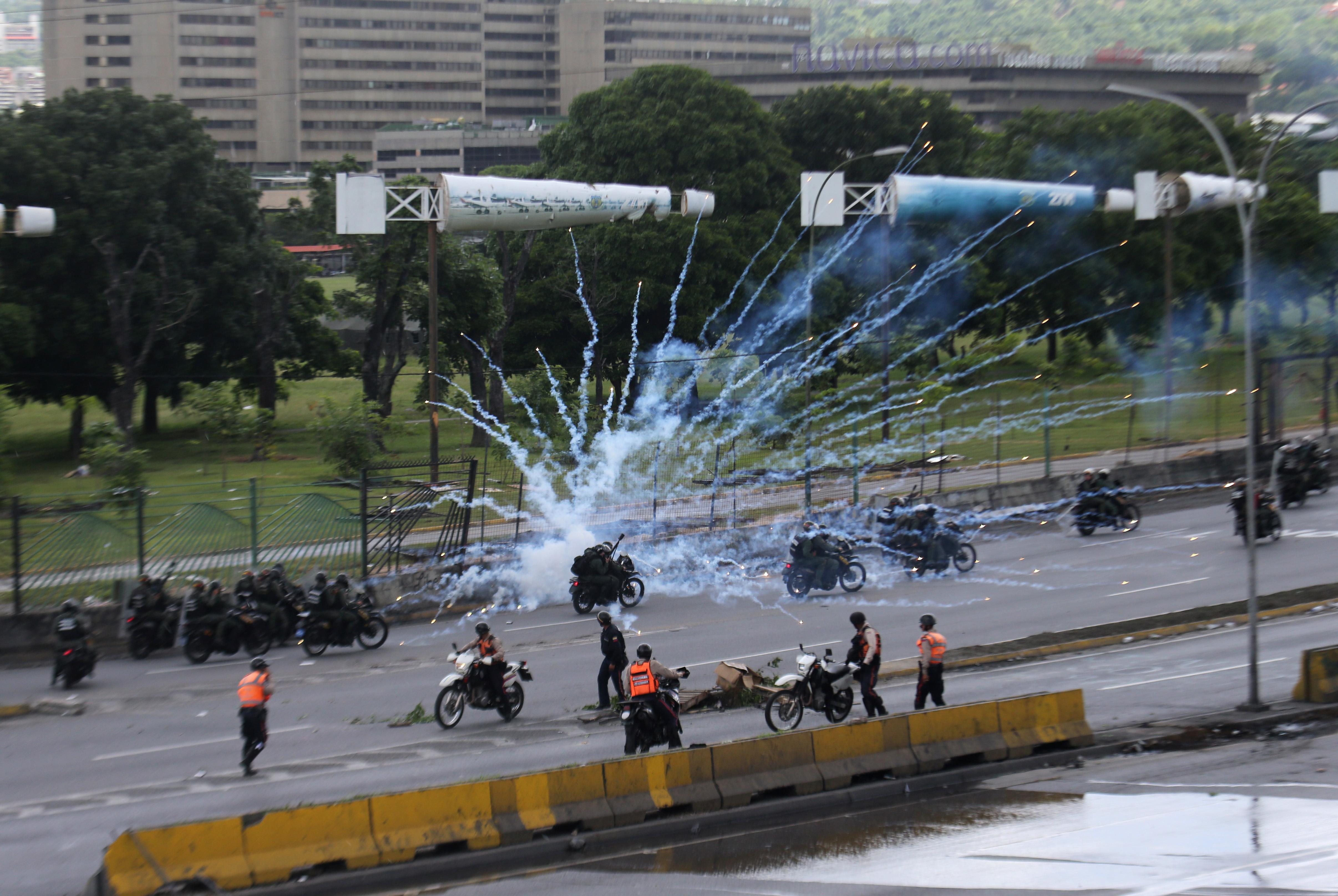 Un grupo de manifestantes suele responder a la represión lanzando fuegos artificiales a los oficiales
