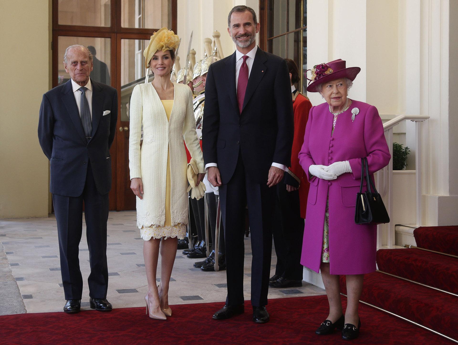 Con compromisos por toda Europa, los reyes viajaron al Reino Unido para encontrarse con la Reina Isabel II Y Felipe de Edinburgo. Una vez más, Letizia deslumbró por la elección de estilo.