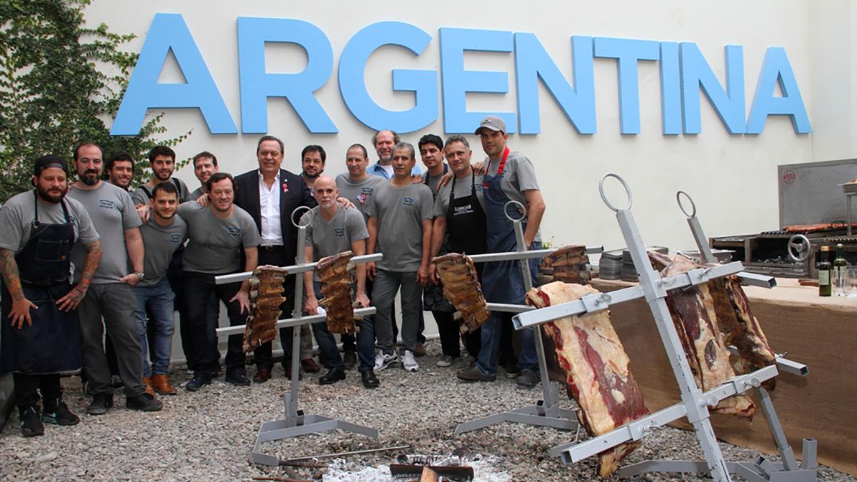Durante el encuentro, el ministro de Turismo de la Nación, Gustavo Santos, estuvo acompañado por el subsecretario general de Presidencia de la Nación, Valentín Díaz Gilligan; el ministro de Comercio Exterior y Turismo (Mincetur) de Perú, Eduardo Ferreyros, y la embajadora Argentina en Perú, Ana Ramírez