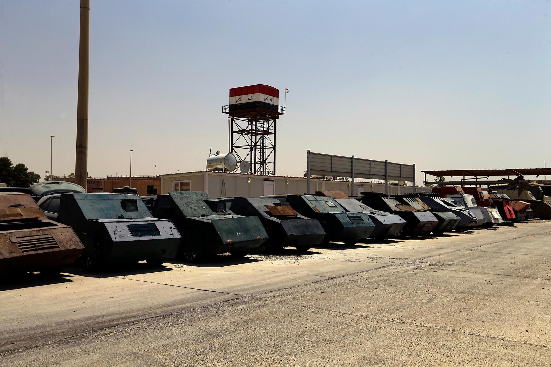 Los vehículos usados para los atentados suicidas de ISIS son exhibidos en el cuartel central de la policía iraquí en Mosul (Reuters)