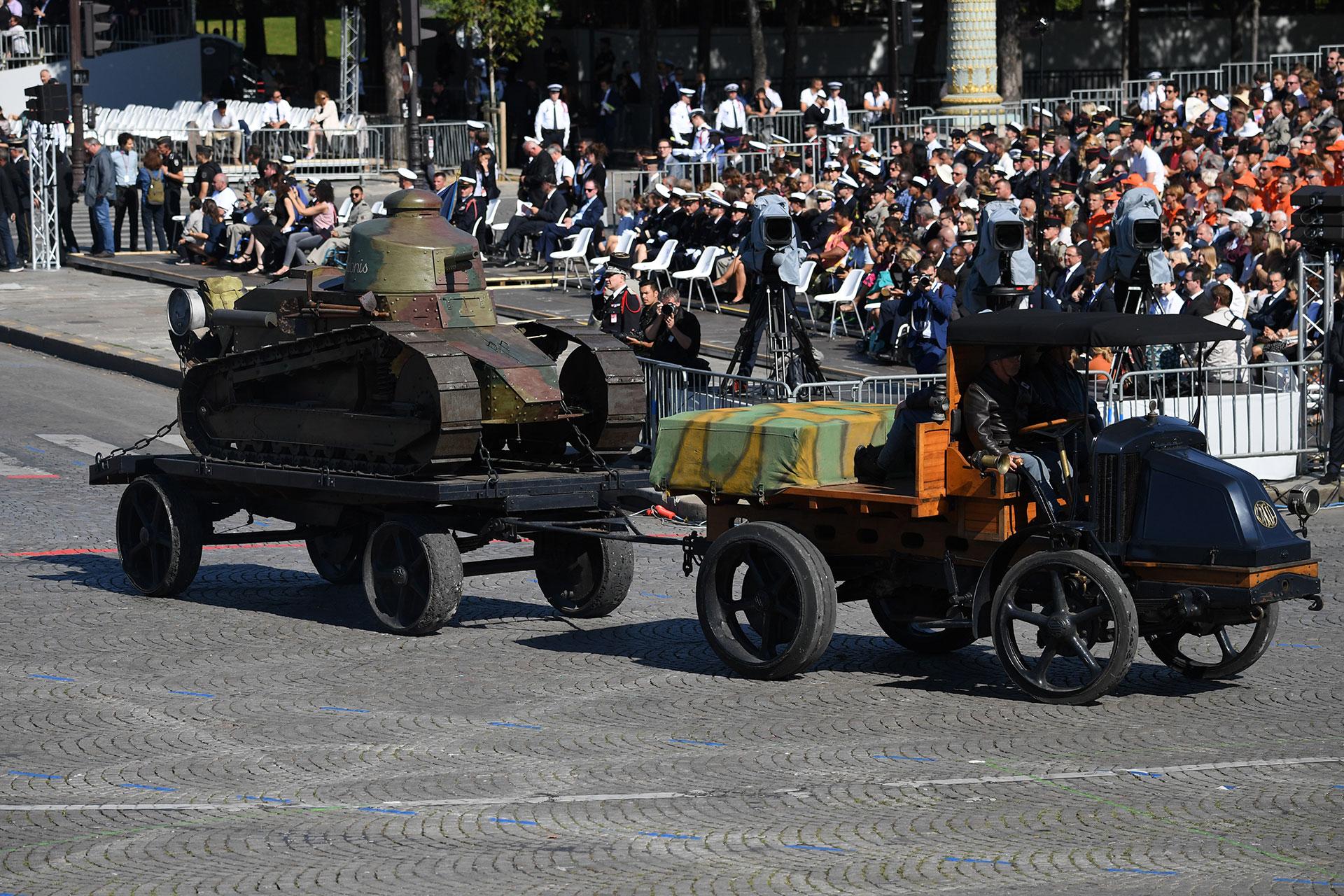Un tanque ligero Renault FT y un camión de la marca automotriz francesa desfilaron sobre la avenida Champs-Elysses (AFP)