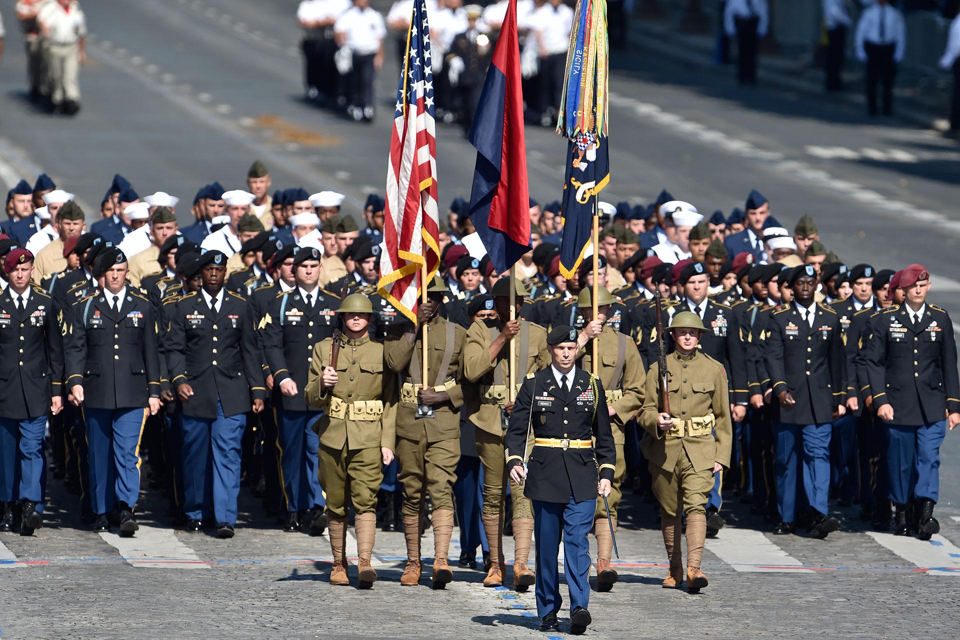 Con ocasión de la conmemoración del centenario de la entrada de los Estados Unidos en la Primera Guerra Mundial con los aliados, soldados estadounidenses encabezaron el desfile militar (AFP)